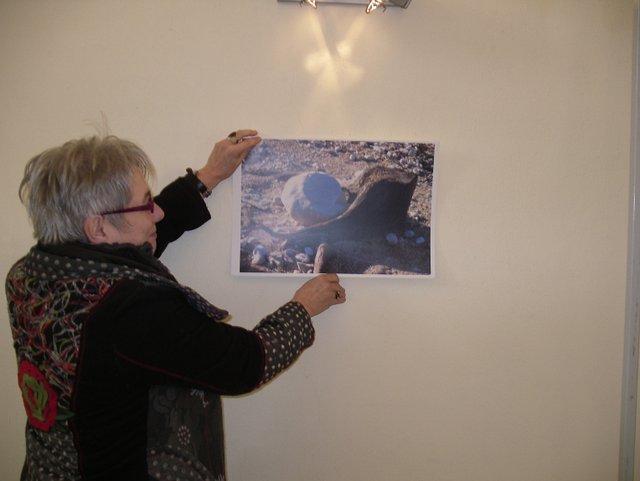 Michèle Réty prépare l'accrochage de ses photographies
